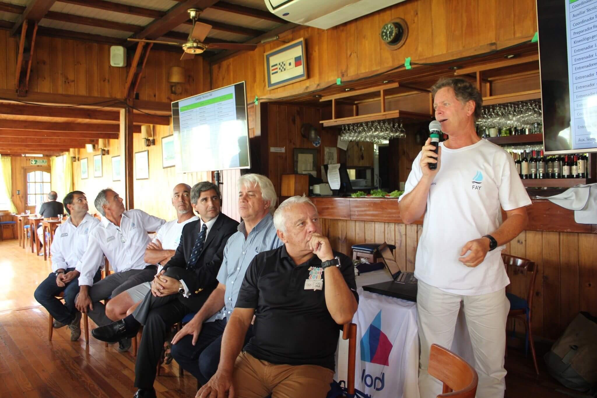 Alejandro Closs dando una charla en el Curso de Entrenadores de la World Sailing - FAY