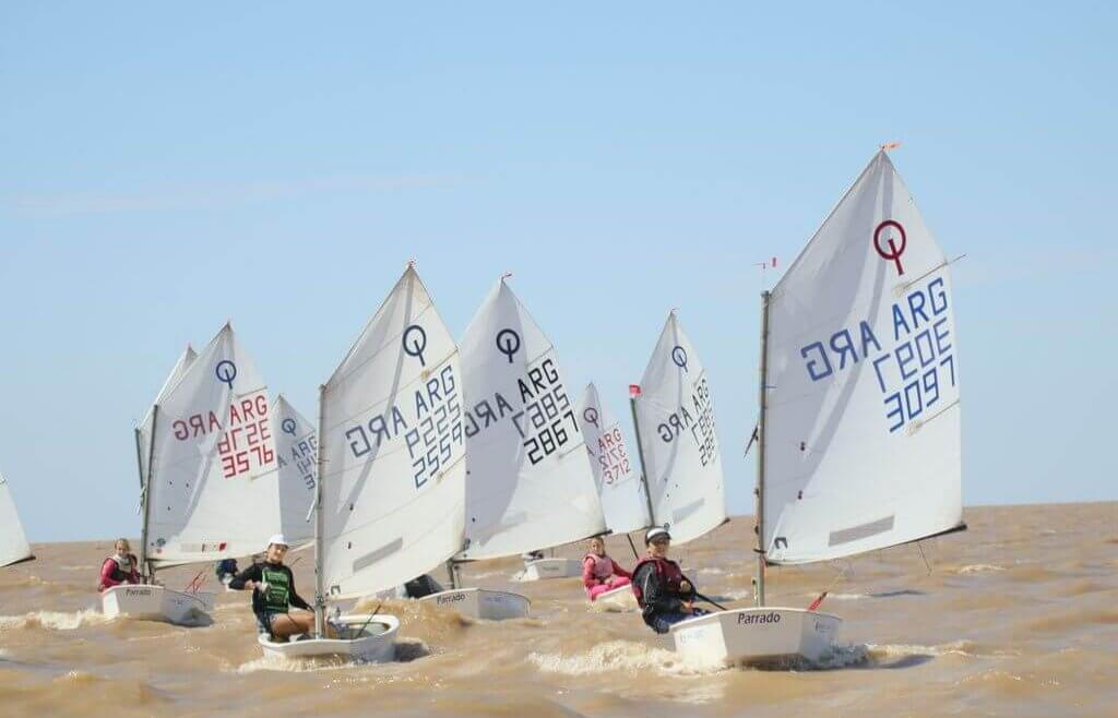 Los optimist en plena regata
