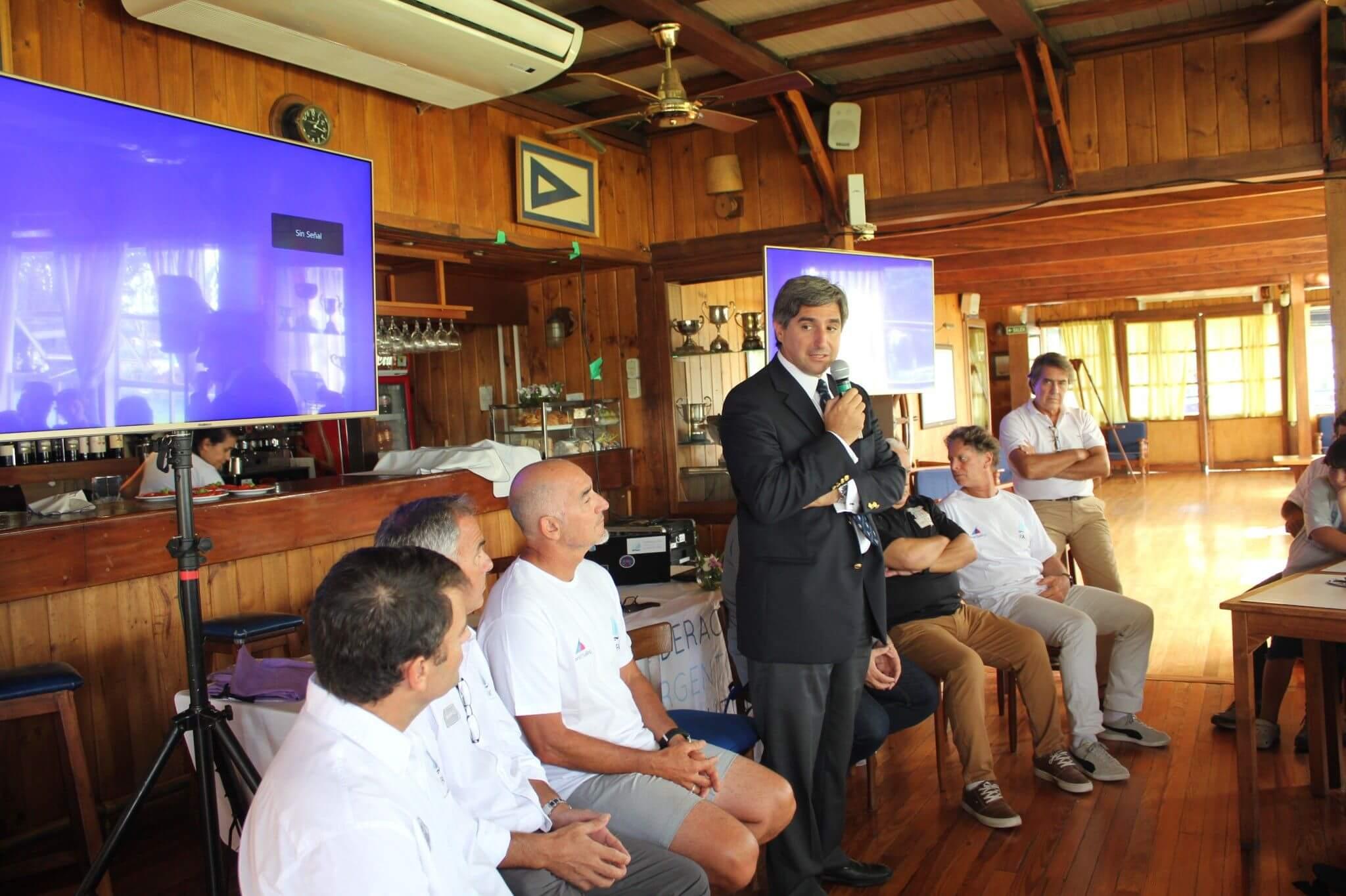 Luis Velasco hablando en el Curso de Entrenadores