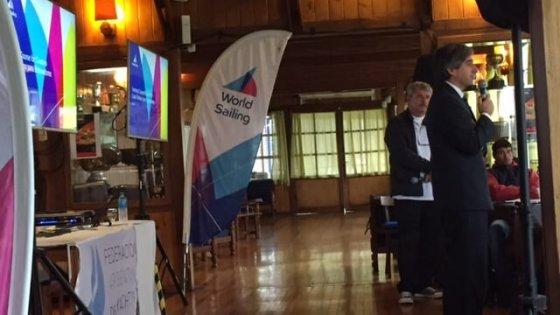 Luis Velasco dando una charla introductoria al Curso de la World Sailing Nivel 1