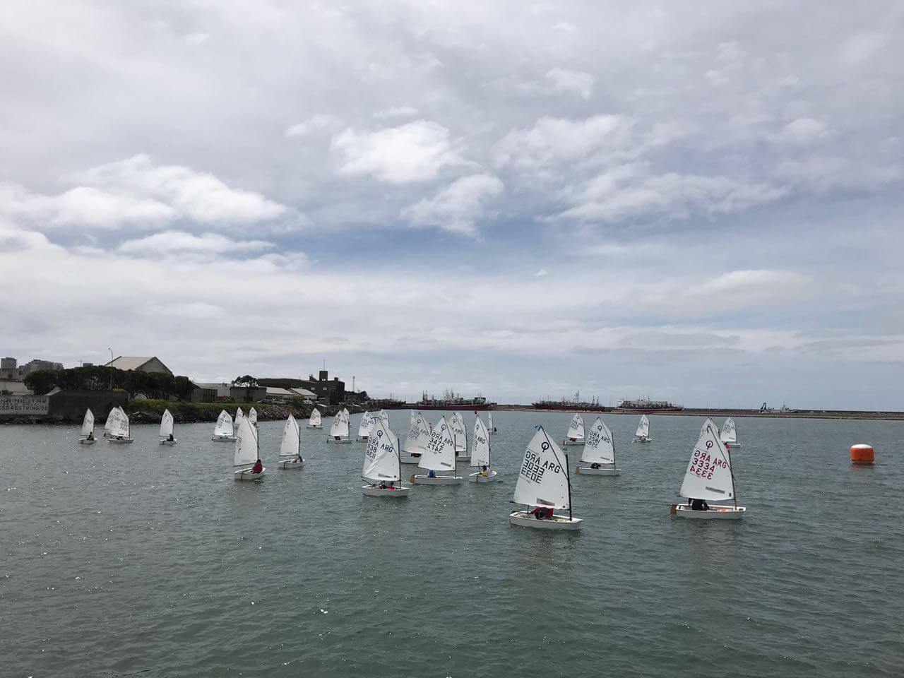 Optimist navegando en los Juegos Evita