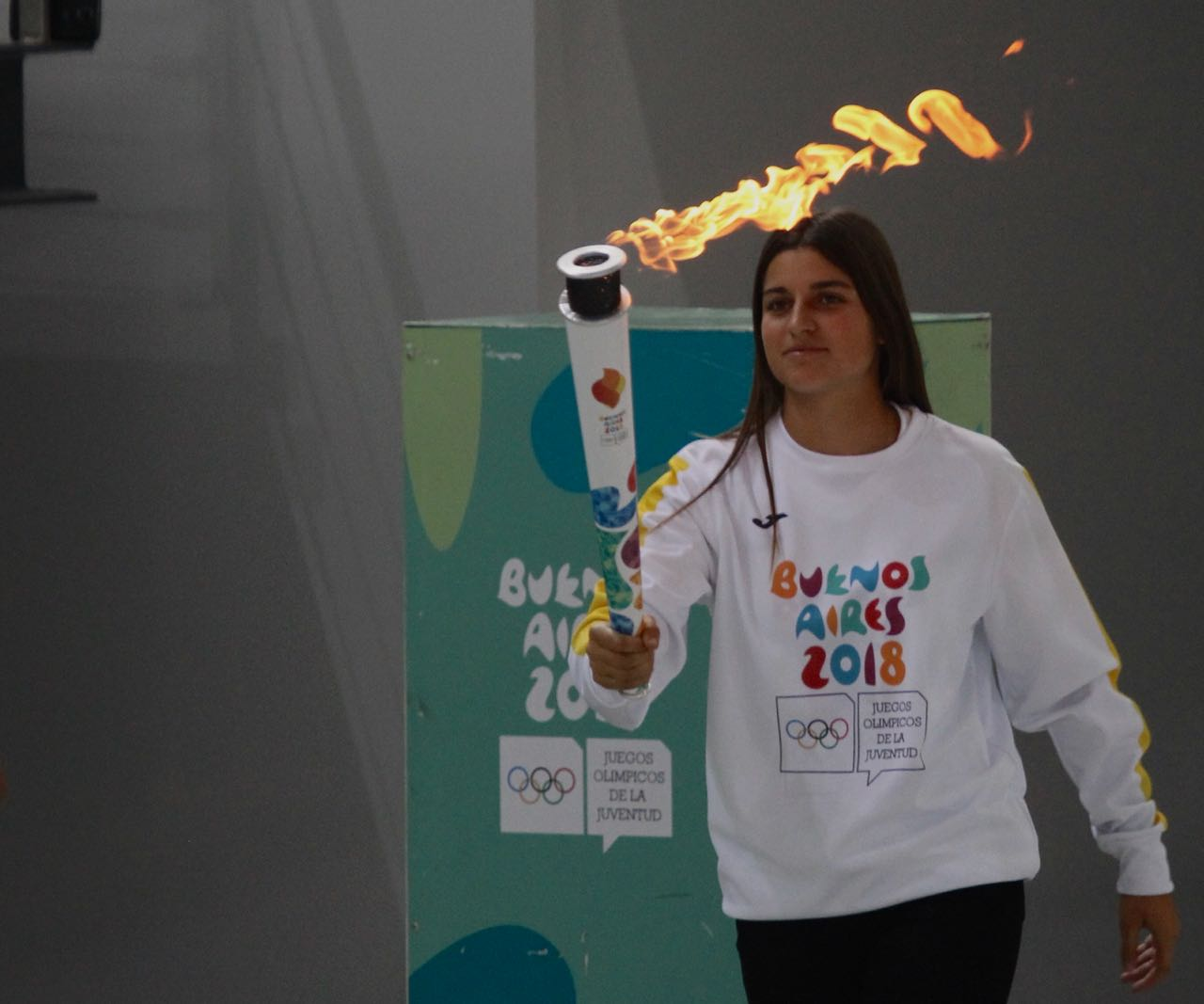 Teresa Romairone con la Llama Olímpica