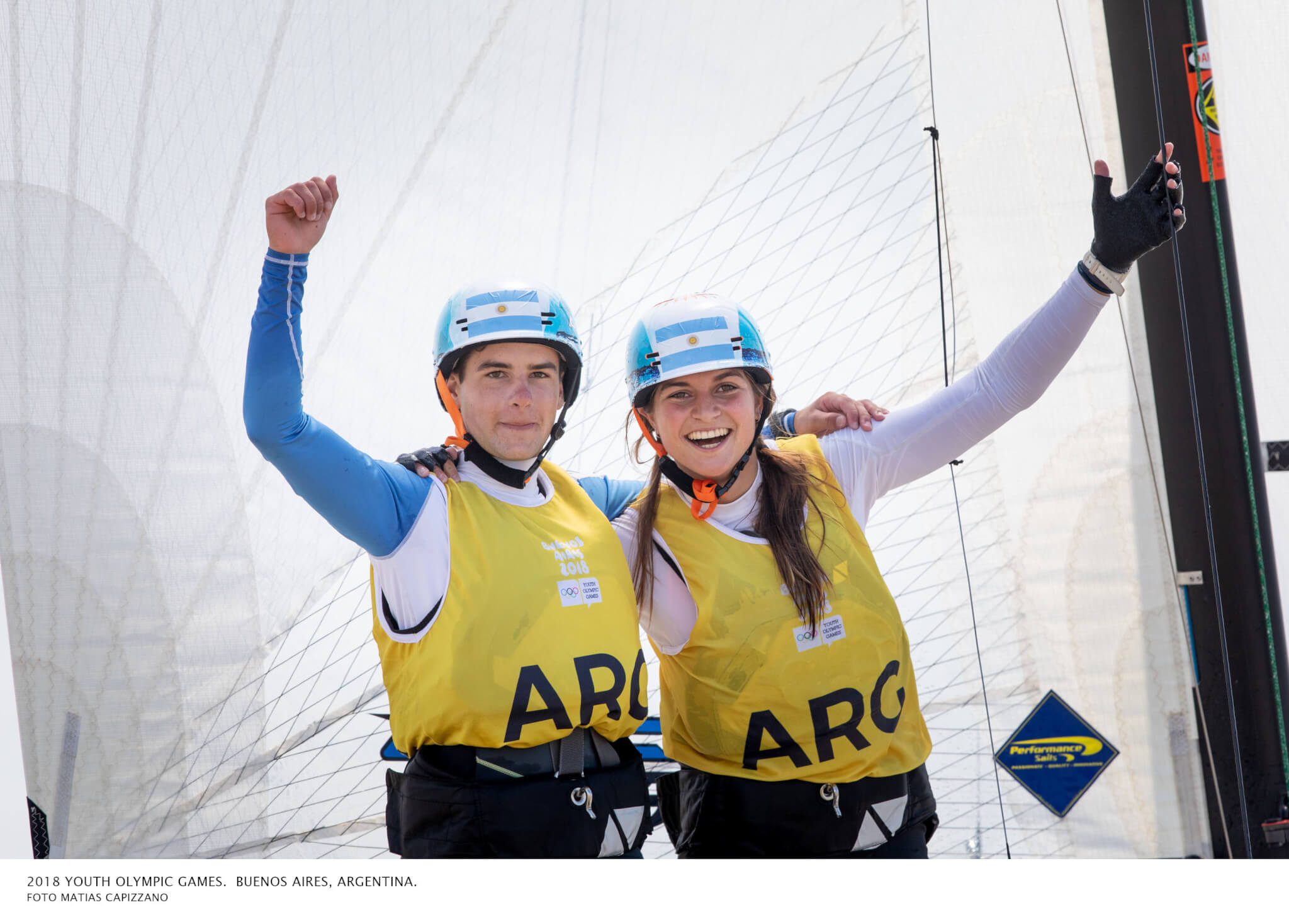 La dupla festeja la victoria en estos Juegos Olímpicos Juveniles