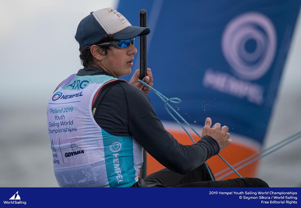 Juan Pablo Cardozo navegando en los Youth Worlds Gdynia 2019