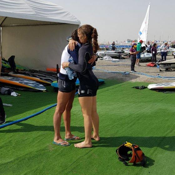 Lucia Falasca se abraza con su coach luego de obtener su medalla de bronce
