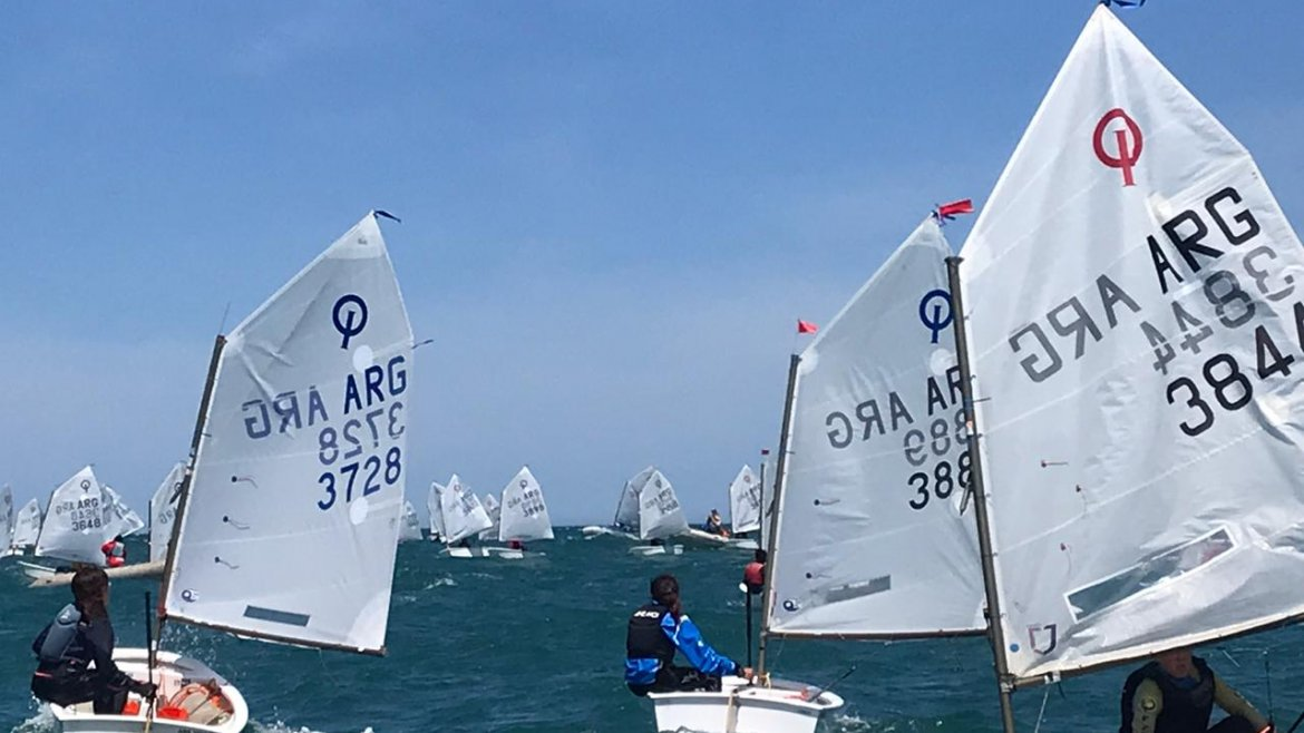 Plena regata en el Campeonato Argentino de Optimist