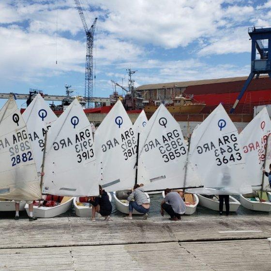 Preparando los barcos en tierra - Campeonato Argentino de Optimist